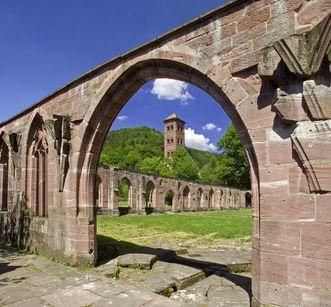 Gotische Spitzbögen als Ruinen mit Eulenturm in Kloster Hirsau